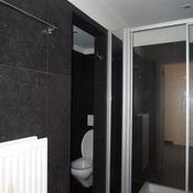 9. Après - avec paroi douche - pierre bleue sur les murs